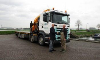 Sleutels overgedragen van de nieuwe vrachtwagen aan Bouwonderneming Stout.